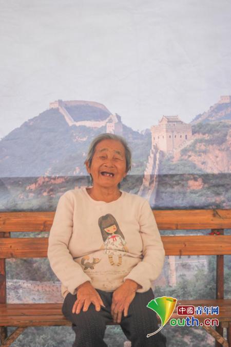 图为隆安县志愿者为老人拍的生活照片。隆安县团委 供图