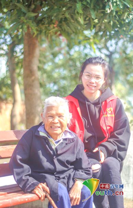 图为隆安县志愿者与敬老院老人合影。隆安县团委 供图