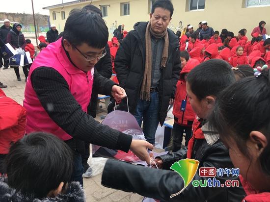 兰州大学研支团志愿者为临夏州东乡县董岭乡董家岭小学师生送过冬棉衣及文体用品。