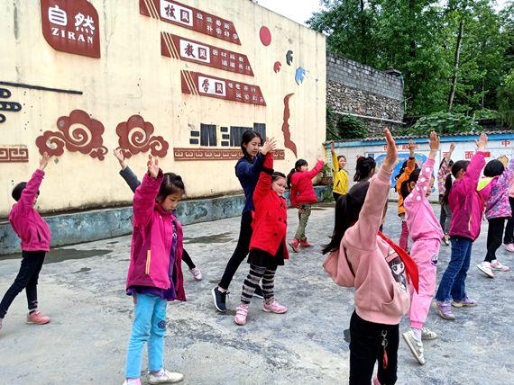 在酉阳县车田乡中心年级支教的高艺轩给小学上公式课.到六小学学生一舞蹈图片