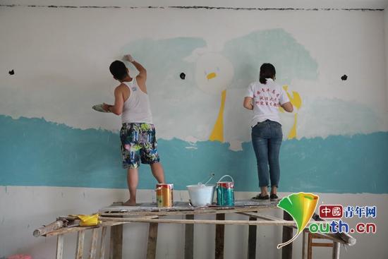 广西东兰县志愿者走进乡村幼儿园开建图书室