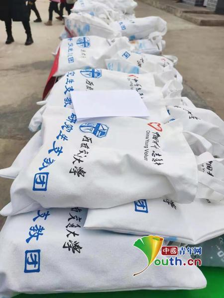 西南交大研支团在秦安县捐赠御寒