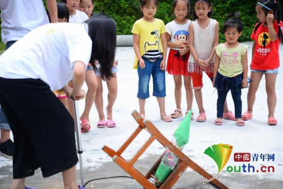 中国青年网北京8月17日电(记者李彦龙 通讯员冯坚强)近日,广西自治区龙胜县西部计划志愿者在中六村小学举行了科创未来,青胜于蓝的科技创新实践活动。    龙胜县西部计划志愿者在中六村小学举行科创未来,青胜于蓝科技创新实践活动。图为志愿者给孩子们展示会跳舞的机器人。冯坚强 供图   活动伊始,志愿者首先通过视频介绍会跳舞的机器人和无人驾驶汽车。孩子们求知的眼睛和连续不断的惊叹声都表现出他们对科学前沿充满好奇。接着志愿者们又拿出VR眼镜让小孩们来体验。而后,一盒盒化学实验工具被搬上了讲台,志愿者们用