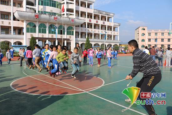 合肥工业大学研支团在丹寨县长青二小举办小学生冬季趣味运动会.图片