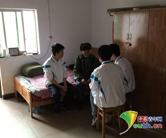 彭水县敬老院老人与彭水中学学生志愿者促膝长谈.-重庆大学支教团