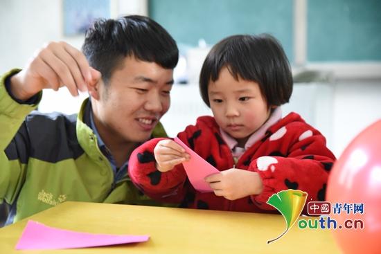 武汉七彩研支团开展a七彩课堂编织酒店童梦墙上情趣有理工洞图片