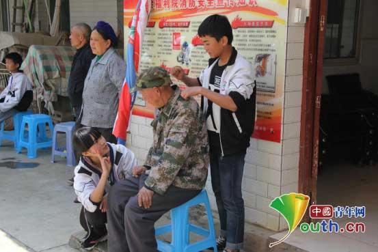 华北水利水电大学研究生支教团带领安龙二中学生慰问福利院孤寡老人
