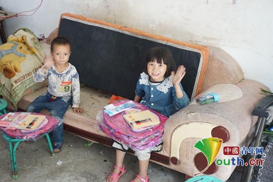 图为华北水利水电大学研支团成员家访留守儿童,并为他们送上学习用