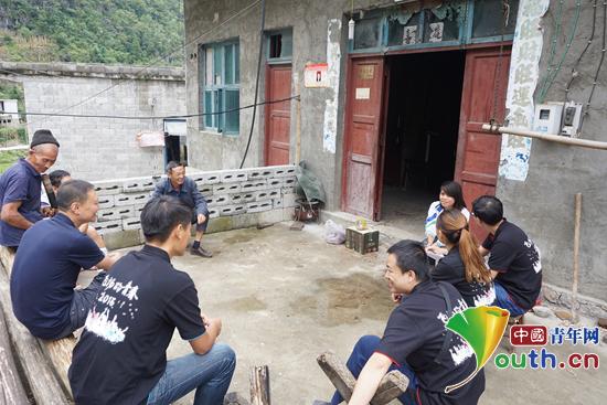 华北水利水电大学研支团成员深入笃山镇村户了解留守儿童情况.华水