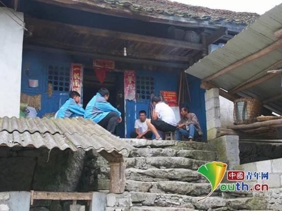 华北水利水电大学研支团成员跟随工作人员赴歪纳村贫困户家进行走访