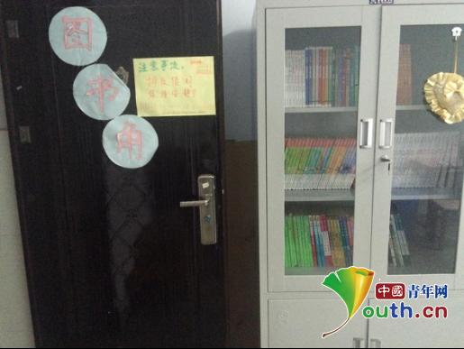 中国青年网北京11月24日电(记者张思怡 通讯员龙娜)为了让孩子们利用课余时间捧起书本,与书为友,让读书成为孩子们的一种习惯,丰富孩子们的文化生活,近日,由西安建筑科技大学第十八届研究生支教团在陕西省洋县槐树关镇中心小学援建的图书角室正式投入运营,撑起了槐中小孩子们阅读的一片天空。  图为西安建筑科技大学研支团在洋县槐树关镇中心小学援建的图书角。龙娜 供图   西安建筑科技大学第十八届研究生支教团走进洋县槐树关镇中心小学已有2个多月。从开学初,研支团成员了解到槐小的学生因为资源的匮乏,条件的限制,在书