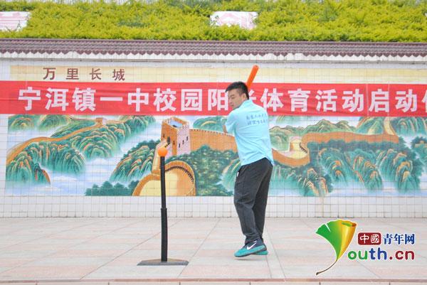 南京工业大学支教团:小小垒球承载梦想体育登山绳的拉力图片