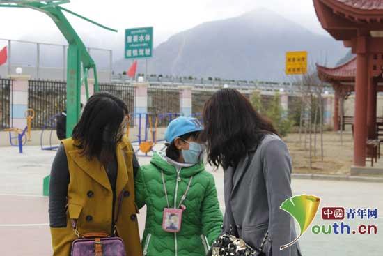 郑州大学研支团邀心理咨询师为孩子排忧解难