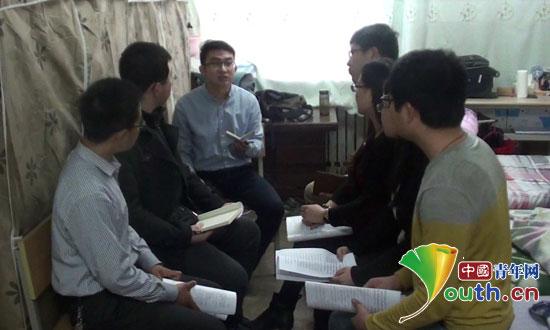 山西大学研支团积极关注并组织集体学习两会