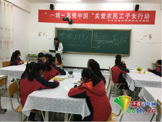 """东北农业大学研究生支教团在龙里县民族中学为孩子们开展""""艺术DIY图片"""