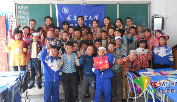 天津工业大学支教团成员与源泉小学孩子合影-天津工大支教团进行走图片