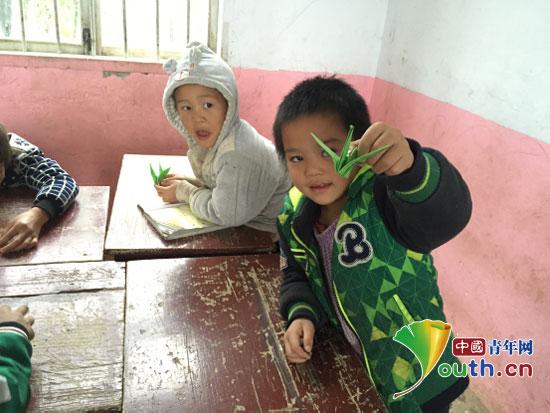 中国青年网北京12月10日电(记者李彦龙)已入初冬,天气渐寒,坡头小学孩子们还穿着凉鞋奔波于崎岖山路上的情景令人动容。日前,华南师范大学研究生支教团发起捐赠爱心鞋,温暖小脚丫公益活动,呼吁社会各界人士给山区捐双冬鞋,引来爱心如潮。近日,华南师范大学研究生带着由广东海丰澎湃中学95届初三5班捐赠的84双新鞋和168双袜子重返坡头小学为贫困山区的留守儿童们每人送去一双过冬保暖鞋。  华南师大研支团为坡头小学留守儿童们捐赠过冬保暖鞋。华南师大研支团供图   天真无邪的孩子们拿着崭新的鞋子,脸上乐开了花,很