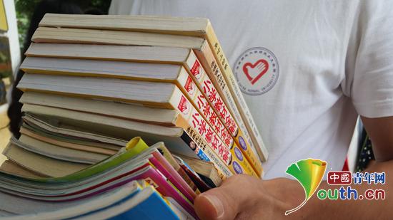 华南师范大学 小学/华南师范大学研究生支教团联系爱心公司为浪田小学捐赠图书。...
