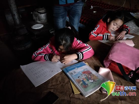 生在家写作业.上海大学研支团 供图-上海大学研支团开展家访助养