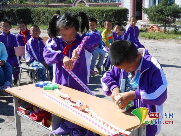 中国青年网北京9月16日电(记者李彦龙)9月10日,在全国第30个教师节来临之际,哈尔滨理工大学首届研究生支教团三名成员分别在三所服务地村小开展了以红烛泪,恩师情为主题的纪念活动。他们充分发挥各自特长,带领孩子们亲自动手,制作礼物,同庆教师节。  街胜小学三年级的小朋友送给老师的纸百合   支教团成员走进泰来镇街胜小学指导三年级的小朋友折百合花。窄窄小小的一张纸,简简单单的一朵纸百合,却经历了一个复杂崎岖的过程。当老师要教她们折纸时,他们开心的笑声成为了当天最美、最真实、最动人的礼物。    东明小