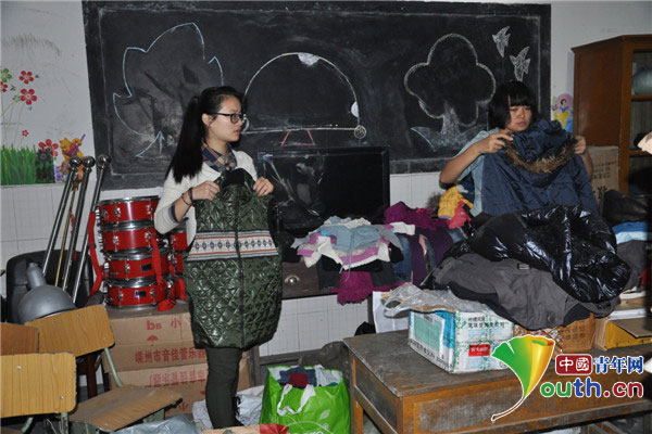 浙江理工大学研究生支教团成员王飞和学校老师整理收
