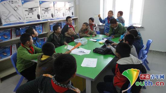 布尔津县神湖路小学学生在制作飞机模型