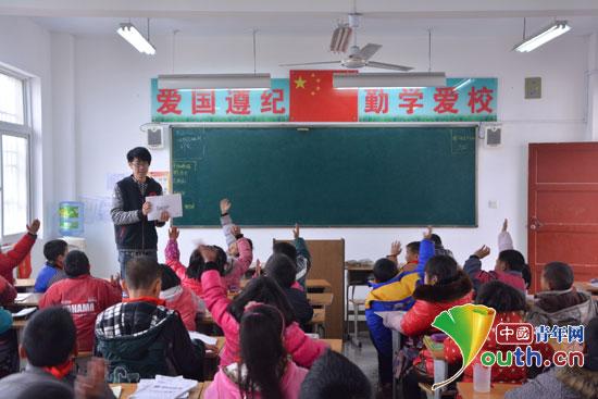西安电子科技大学支教团成员在英语课堂上