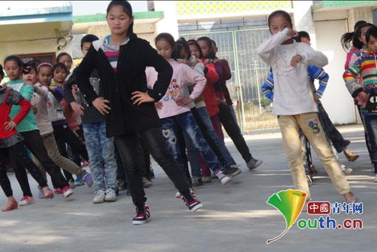 西南大学支教团办兔子舞赛促孩子全面发展