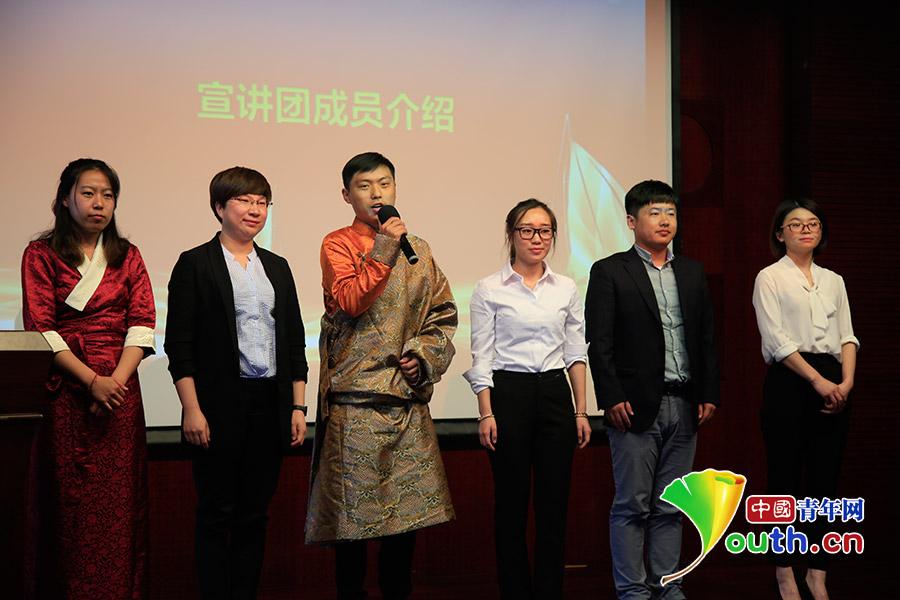 志愿者谷子博(左一)走进清华大学参加志愿事迹宣讲活动。中国青年网记者 黄昂瑾 摄