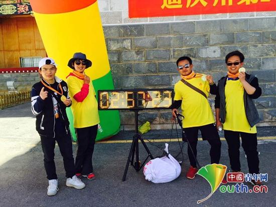 袁华为与志愿者们参加香格里拉首届山地徒步赛。袁华为 供图