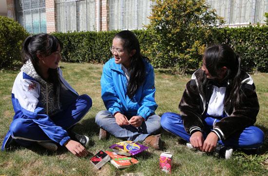 中山大学第十七届研支团成员与初中们聊天.郭俊峰摄病句专题同学语文图片