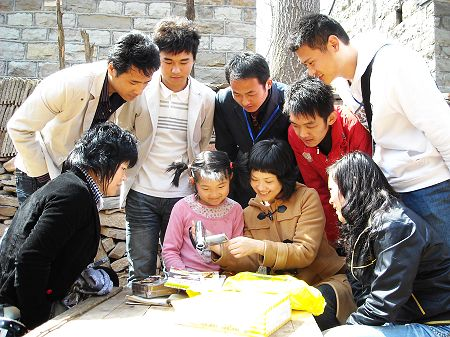 枣庄志愿者看望山区贫困儿童_西部计划_中国青年网