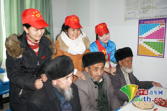 柯坪县志愿者走进县中心敬老院开展关爱活动,图为志愿者在为老人捶图片