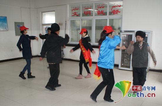 中心敬老院开展关爱活动,图为志愿者与老人跳起欢快的舞蹈.-关爱图片