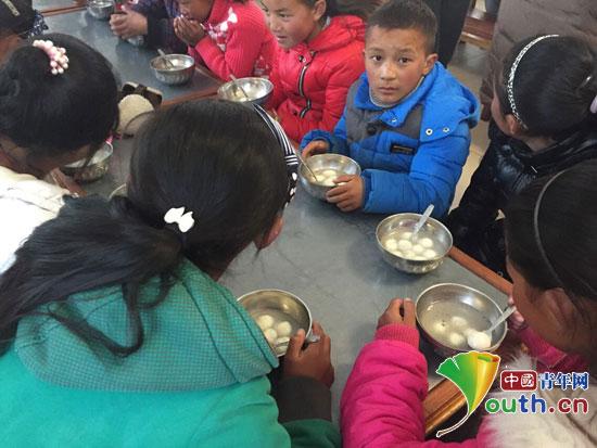 与孩子学雷锋吃汤圆