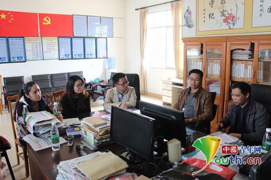 广西大学研究生支教团成员与富川县福利镇初级中学教师进行座谈 .图片