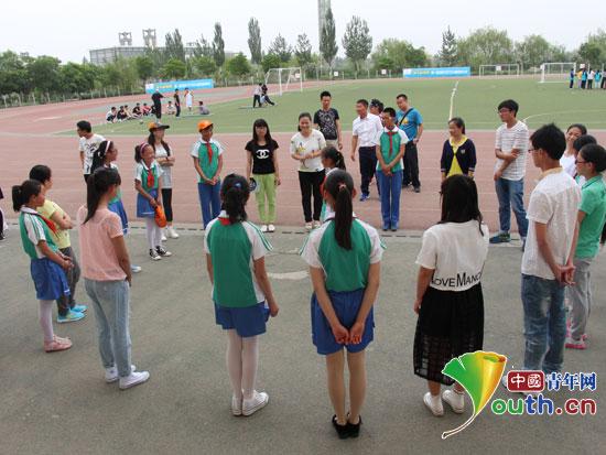 宁夏医科大学支教团志愿者们带领孩子们到操场开展心理活动小游戏.