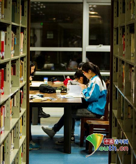 湄潭县学生在浙江大学图书馆悦读自习体验大学生活.