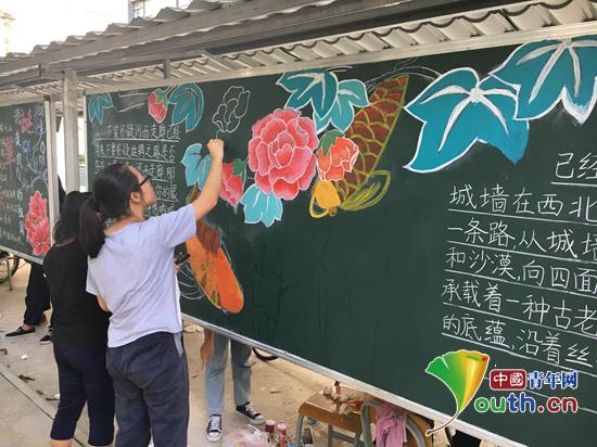 南京信息工程研支团举办板报手绘大赛献礼国庆