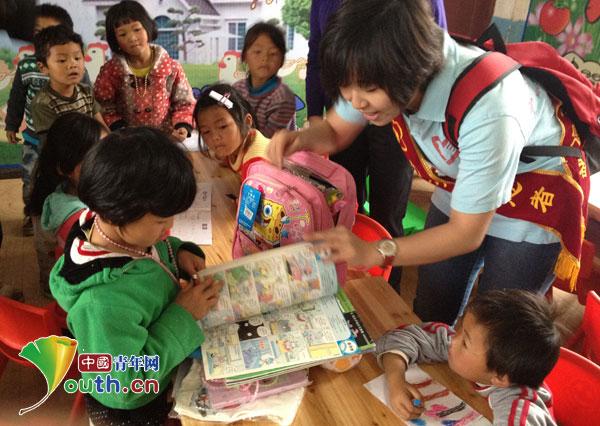 志愿者为兔唇儿童送去幼儿图书画报,学习用具