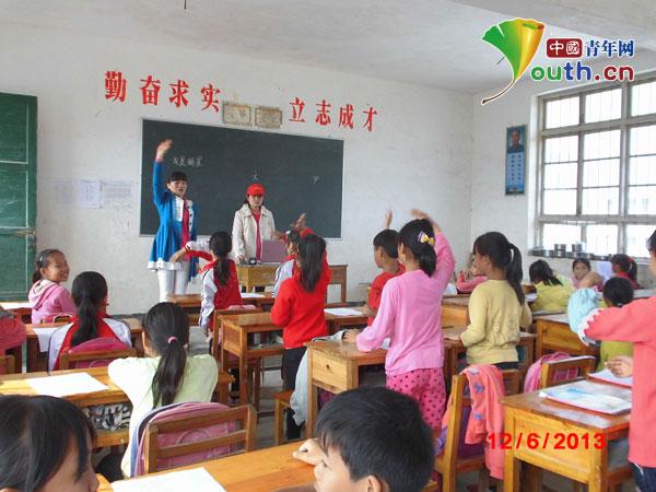 志愿者教少先队员行队礼-大化县志愿者走进龙口小学开辟第二课堂