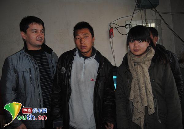中国 伊宁县/团伊宁县委书记帕力哈提(左一)等与贫困家庭成员合影