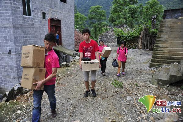 东兰县西部计划大学生志愿者一行六人带着五箱物资前往兰木乡弄占小学