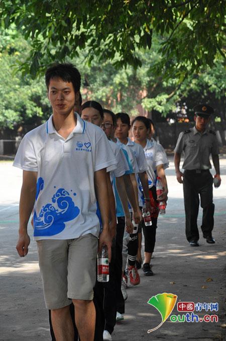 志愿者体验军营生活,学习解放军部队钢铁般的意志和