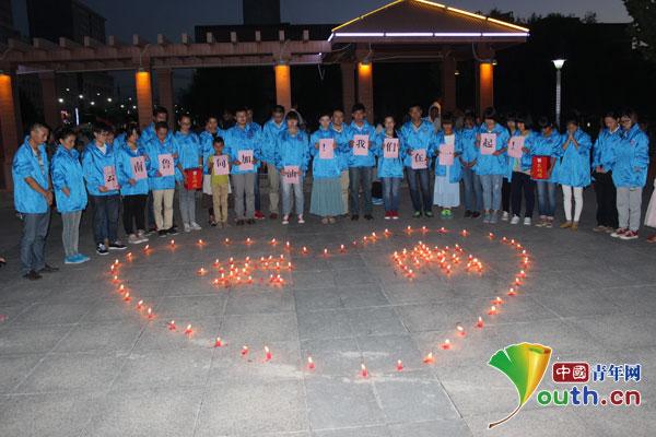 图什市志愿者为云南地震灾区同胞祈福募捐图片