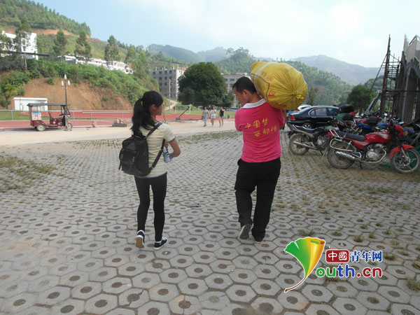 天峨县组织西部志愿者服务新生入学报到
