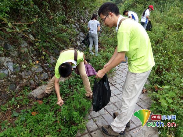 凤山县志愿者开展清洁库区活动倡导环保理念