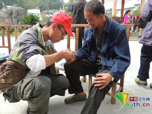 武汉理工支教团关爱老人传递社会正能量图片
