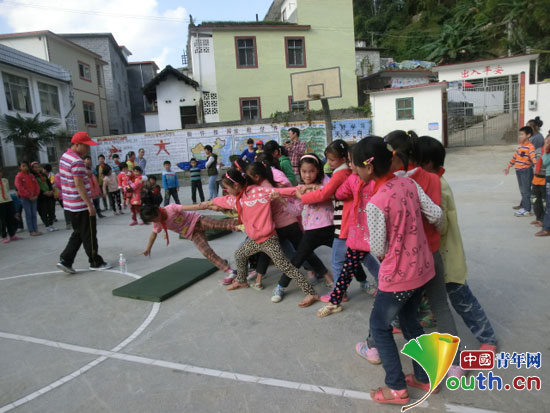 广西东兰县志愿者与长乐镇学生手