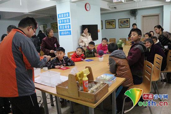 哈工大支教团成员韩凯为学生展示有趣的化学实验。